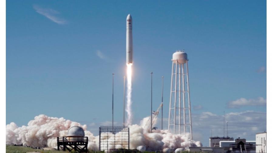 """Частният космически кораб """"Сигнус"""" се скачи с МКС"""