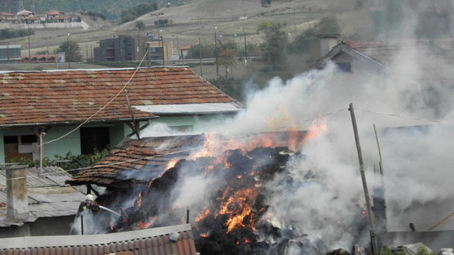 Сеновал гори край Благоевград, спасиха 2 къщи от опожаряване