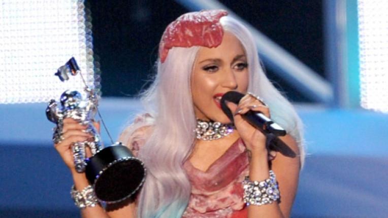 Лейди Гага скандална рокля месо