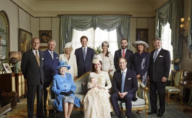 Официална снимка на британското кралско семейство след кръщенето на принц Джордж
