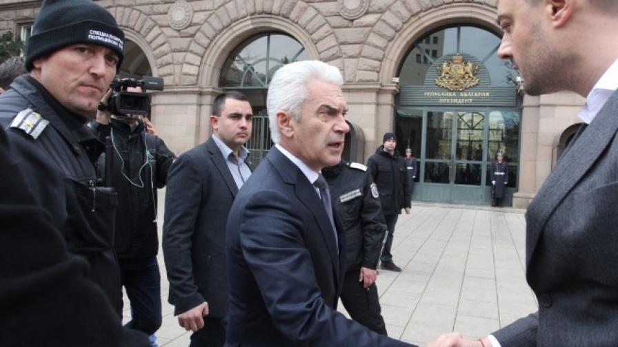 Волен Сидеров и Николай Бареков се ръкуваха преди лидерът на Атака да влезе при президента