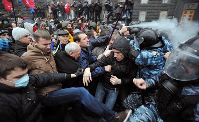 Сблъсъци между протестиращи и полиция в Киев