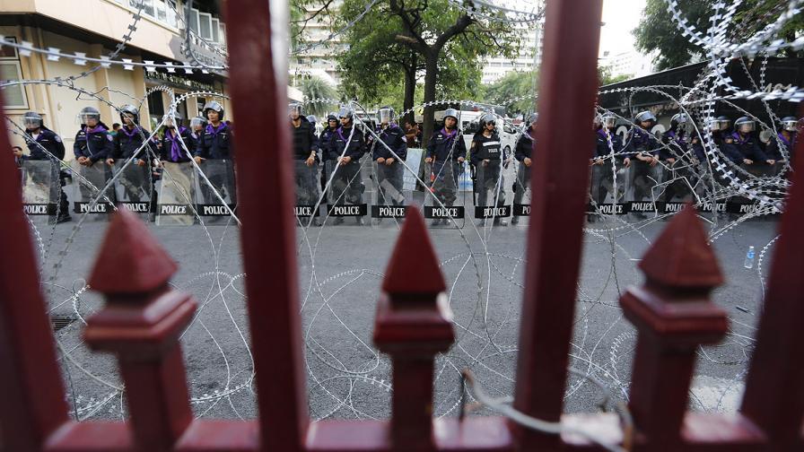 Тайланд: Протестиращи спряха тока на полицията