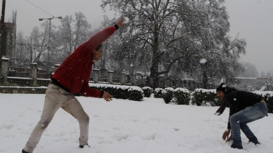 В Ловеч мъж се опита да отвлече дете заради хвърлена снежна топка