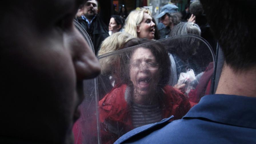 Сълзотворен газ срещу демонстранти в Атина