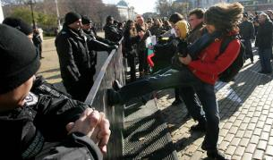 """Сблъсъци между протестиращи и полицаи пред """"Кристал"""""""