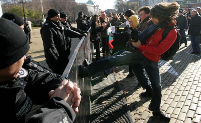Напрежение пред парламента заради новия закон за МВР