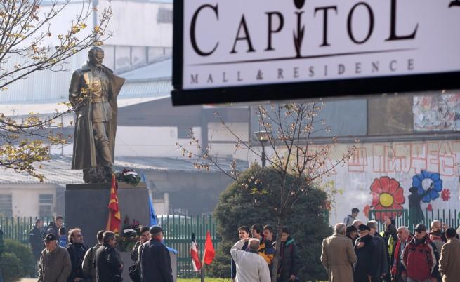 Мистериозна статуя на Тито се появи в Скопие