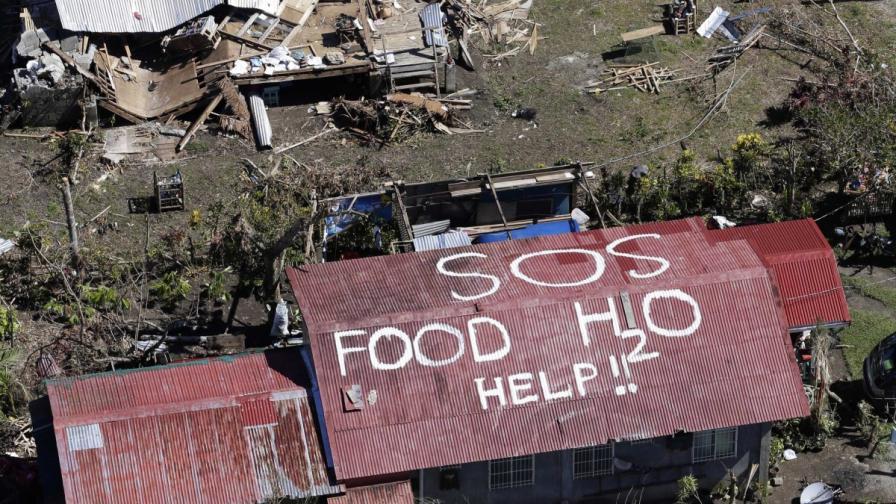 """""""SOS храна H20 помощ!!"""" - това пише на този покрив в Таклобан"""