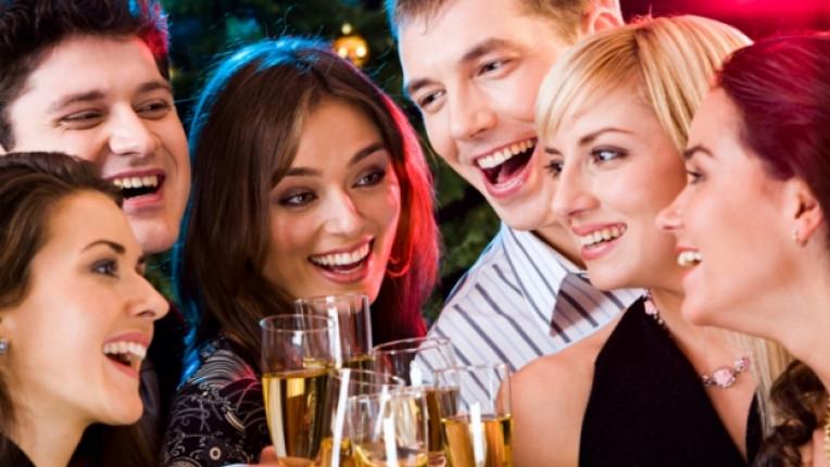 флирт коледно парти колеги алкохол хотел празник емоции