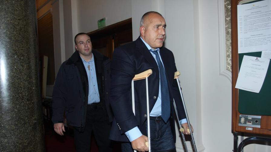 Борисов пристигна в НС с патерици, реши Цецка Цачева да го замества