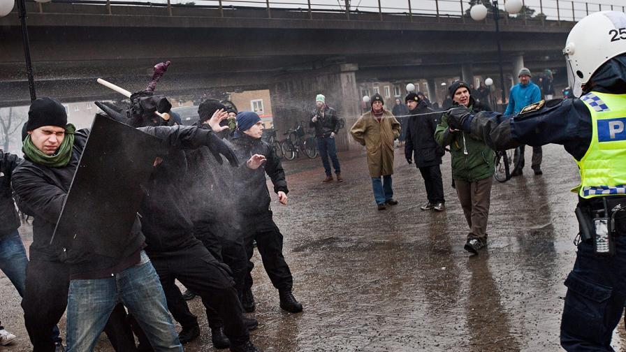 Шведски неонацисти атакуваха антинацистко шествие