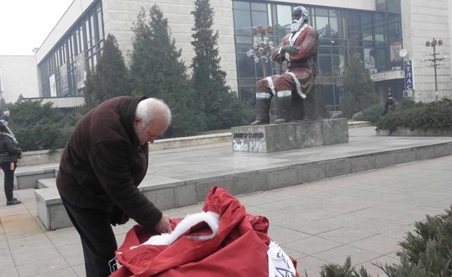 Арестуваха лидер на ДСБ заради паметника на Дядото