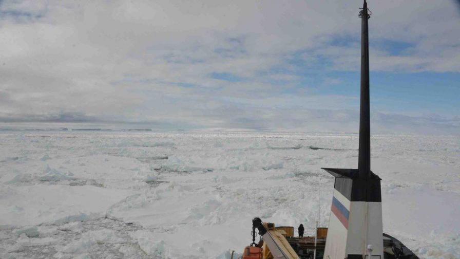Руският кораб се освободи от капана на ледовете