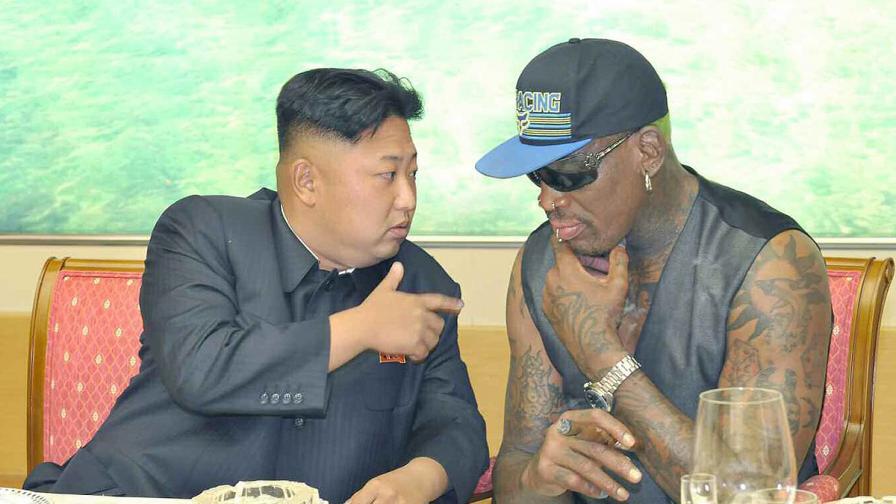 Денис Родман (вдясно) и севернокорейският лидер Ким Чен-ун през септември 2013 г.