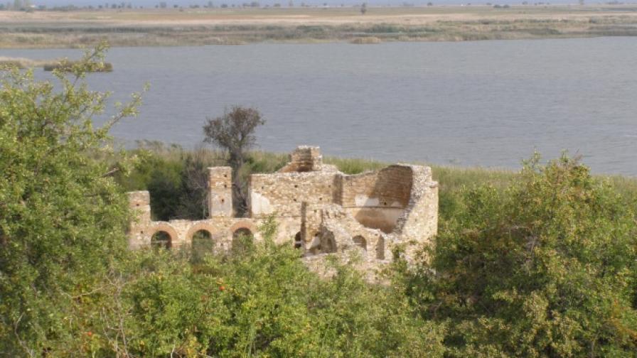 """Базиликата """"Св. Ахил"""" в Преспа, Гърция, където през 1969 г. е открит гробът на цар Самуил"""